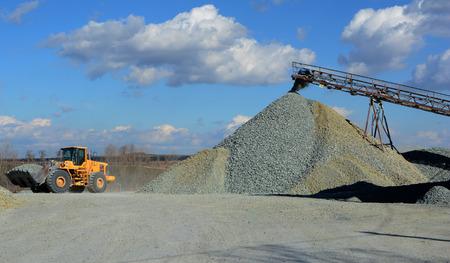 camion minero: carro de mina amarillo en cantera