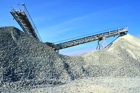 heavy machinery: Maquinaria pesada de la producci�n de grava en cantera.