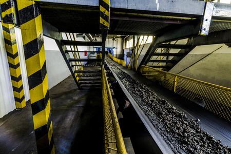 amarillo y negro: La escoria en el transportador en la estación de energía térmica.