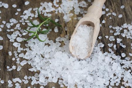 sal: Primer plano de la sal del mar en mesa de madera
