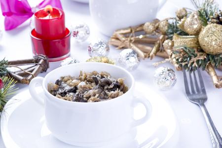 repollo: Sauerkraut polaco tradicional con las setas para navidad Foto de archivo