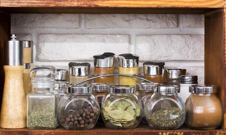 Set of various spices in jars on k itchen shelf Zdjęcie Seryjne