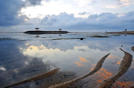 Sun rise at Sanur beach in Bali Indonesia during low tide. Banque d'images