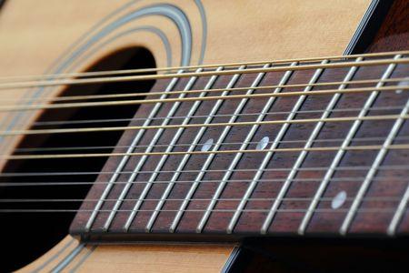 サウンド ホール、12 弦アコースティック ギターのフレット ボードのクローズ アップ。