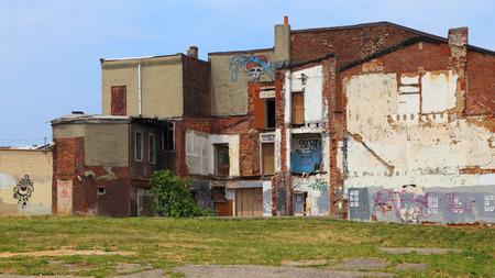 in disrepair: Un vecchio, edificio abbandonato lasciato in rovina. Archivio Fotografico