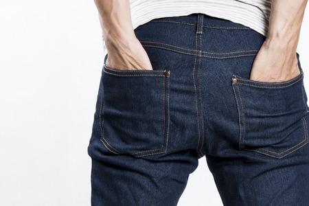 Un homme avec ses mains dans les poches de jeans Banque d'images