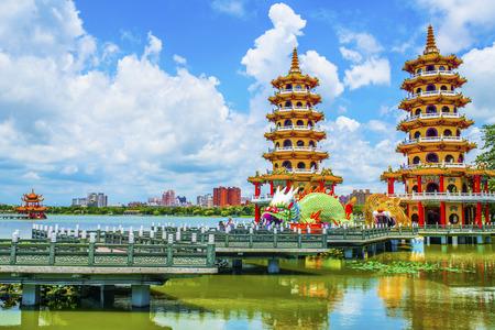 Beroemde toeristische attracties in Kaohsiung's - Lotus Pond, veel Chinese toeristen naar het gebied, waarvan de bekendste draak torens te bezoeken,