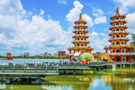 multiples: Kaohsiungs famous tourist attractions - Lotus Pond, many Chinese tourists to visit the area, of which the best known dragon towers,