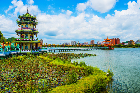 best known: Kaohsiungs famous tourist attractions - Lotus Pond, many Chinese tourists to visit the area, of which the best known dragon towers,