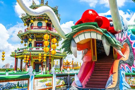 Kaohsiung de beroemde toeristische attracties - Lotus Pond, een groot aantal Chinese toeristen naar het gebied, waarvan de bekendste draak torens te bezoeken,