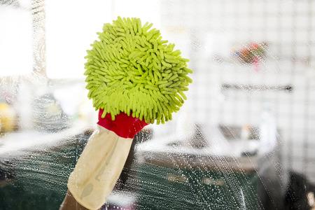 limpieza del hogar: Servicio de limpieza - limpieza cristal de la ventana con detergente, concepto de limpieza de primavera