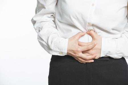 Jeune femme d'affaires ayant douleurs au dos et à l'estomac Banque d'images