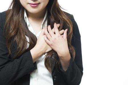 Femme d'affaires ressentir de la douleur cardiaque et tenant sa poitrine
