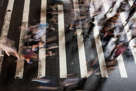 gente caminando: La gente que camina cerca de la estaci�n de metro. Fondo de la ciudad