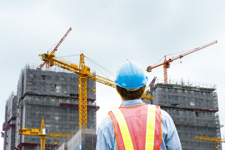 Chantier de construction de l'emplacement de la vérification des travailleurs avec la grue sur le fond Banque d'images - 38855144