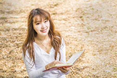fille indienne: Collège femme asiatique ou étudiant à l'université