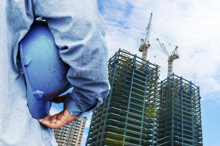 Travailleur de la construction de vérifier l'emplacement place avec une grue sur le fond Banque d'images - 39199337