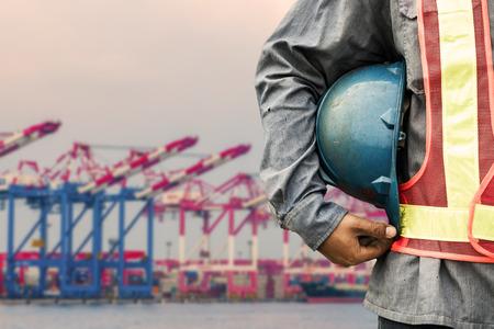 travailleurs sur le fond le port du stock de grues et de conteneurs Banque d'images