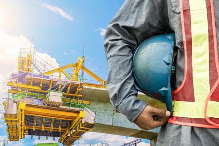 bouwvakker controleren locatie plaats met kraan op de achtergrond