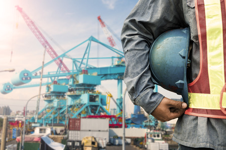 Travailleur de la construction de vérifier l'emplacement place avec une grue sur le fond Banque d'images - 40613852