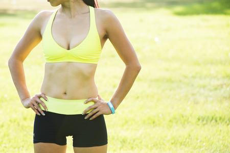 runner atleet draait op tropische park. vrouw fitness zonsopgang joggen workout wellness-concept.
