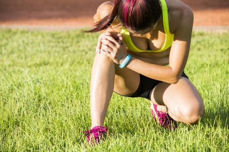 Ejecución de una lesión deportiva - torció el tobillo roto. Mujer corredor atleta tocar pie en el dolor debido a esguince de tobillo. Foto de archivo - 41558413