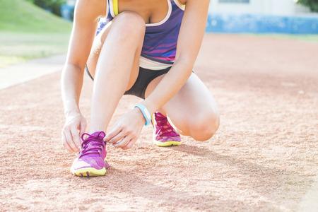 Vrouw draagt loopschoenen op het park Stockfoto