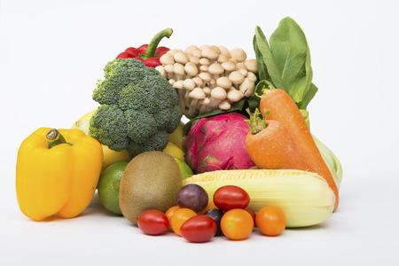 Fruit. Glazen fruit en groentesap met vruchten op een witte achtergrond
