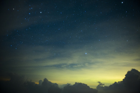 noche estrellada: Una sección de la Vía Láctea y la Galaxia de Andrómeda