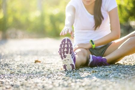 jonge fitness vrouw runner stretchen benen voordat run Stockfoto