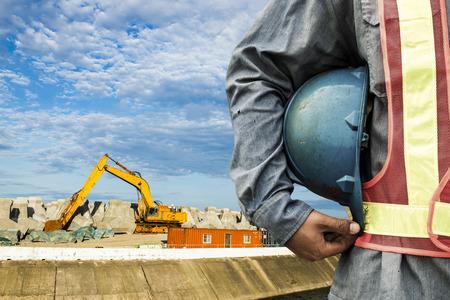 Bauarbeiter Überprüfung Standort Baustelle mit Kran auf dem Hintergrund Standard-Bild