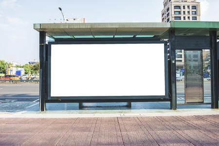 panneau blanc sur la rue de la ville Banque d'images