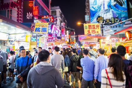 anochecer: TAICHUNG -TAIWAN 15 de septiembre 2013: la cultura única de Taiwán, bazar nocturno atrae a muchos jóvenes a esta comida y charlar, que se ha convertido en uno de la cultura de Taiwán, y 15 de septiembre de 2013 en Taichung