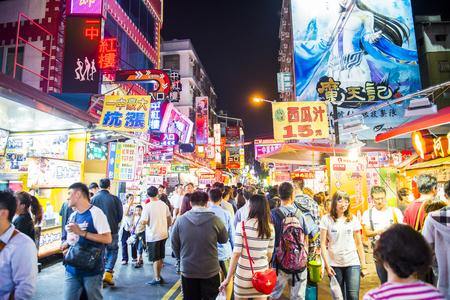 TAICHUNG -TAIWAN 15 de septiembre 2013: la cultura única de Taiwán, bazar nocturno atrae a muchos jóvenes a esta comida y charlar, que se ha convertido en uno de la cultura de Taiwán, y 15 de septiembre de 2013 en Taichung