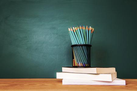Concept van onderwijs of terug naar school op groene achtergrond