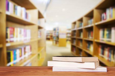 Leeg houten tafel en moderne bibliotheek achtergrond, product display Stockfoto