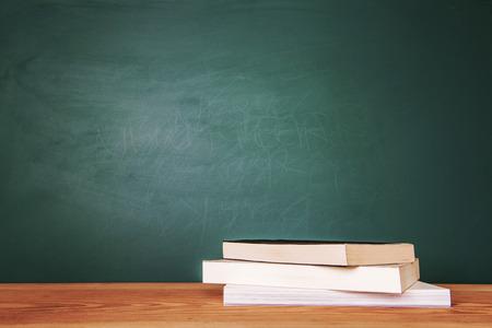 Concept van onderwijs of terug naar school op groene achtergrond Stockfoto - 47923563