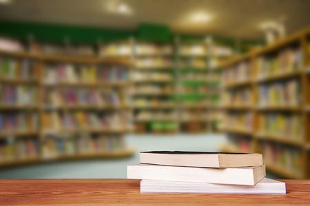 Lege houten tafel en moderne bibliotheek achtergrond, product-display