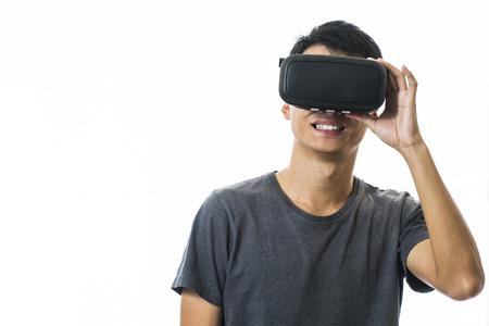 Homme utilisant la réalité virtuelle casque Banque d'images - 49993503