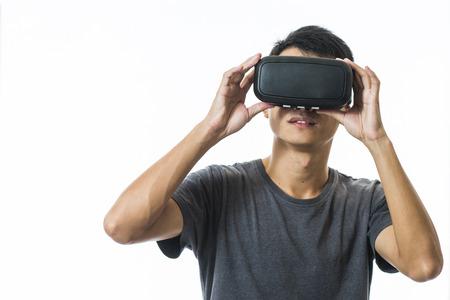 anteojos: el hombre con el casco de realidad virtual