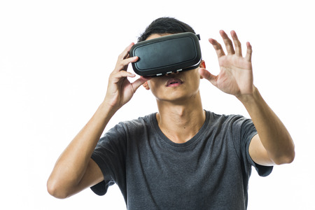homme utilisant la réalité virtuelle casque Banque d'images - 49993811