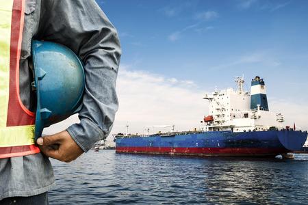 Havendok werknemer praten op de radio met schip achtergrond
