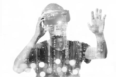 Dubbele blootstelling van de mens met behulp van de virtual reality headset Stockfoto - 49995951