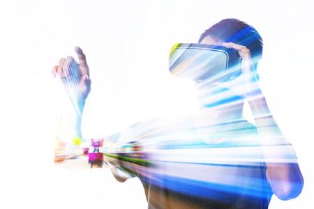 Double exposition de l'homme en utilisant le casque de réalité virtuelle Banque d'images - 49996044