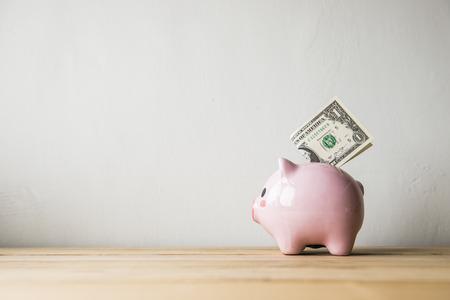 banco dinero: Pink hucha sobre un fondo blanco Foto de archivo