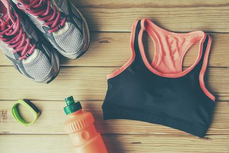 Sportschoenen en kleding op houten achtergrond Stockfoto
