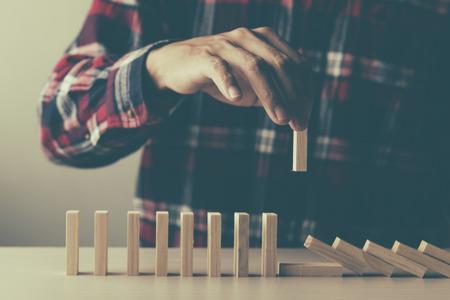 계획, 위험 및 비즈니스 전략, 나무 블록을 추진하는 사람 스톡 콘텐츠