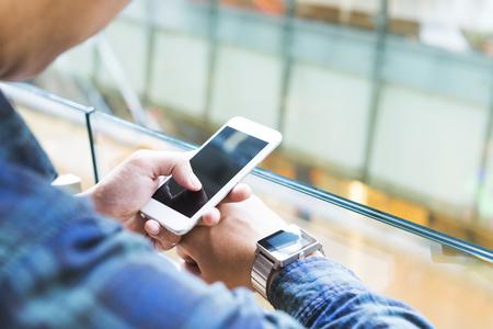 l'homme se connecter montre intelligente avec un téléphone mobile