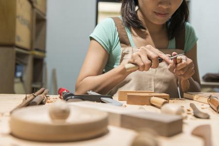 femme menuiserie à la maison, le concept de travail en bois Banque d'images