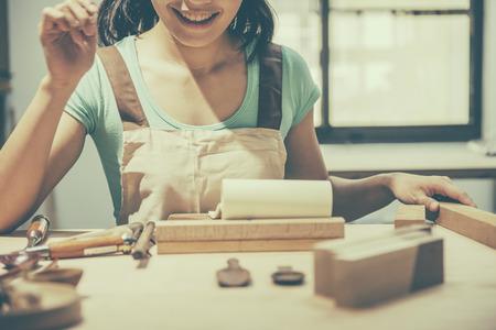Femme menuiserie à la maison, le concept de travail en bois Banque d'images - 57157264